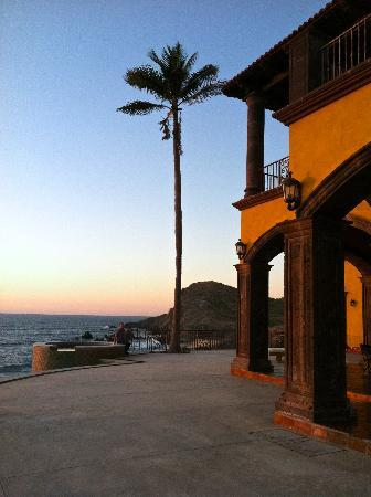 Hacienda Cerritos Boutique Hotel: looking north at crashing waves on cliffs
