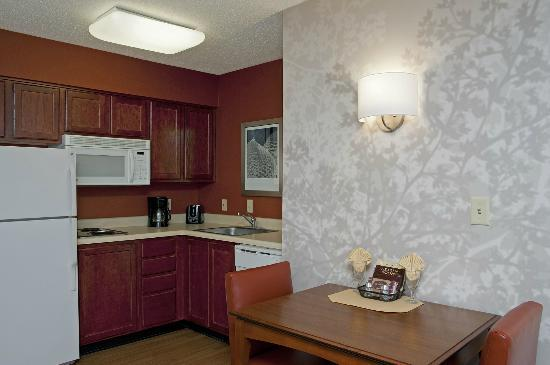 Residence Inn Indianapolis Northwest: Suite Kitchen and Dining Area
