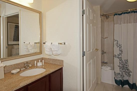 Residence Inn Indianapolis Northwest: Spacious Guest Room Bathroom