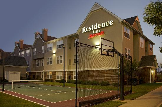 Residence Inn Indianapolis Northwest: Residence Inn Exterior and Sports Court