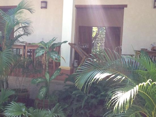 Hotel Casa Barcelona: Courtyard/Dining Area