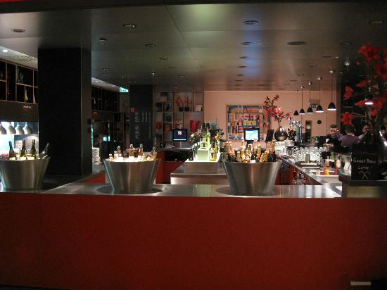 citizenM Glasgow: Bar/Dining area