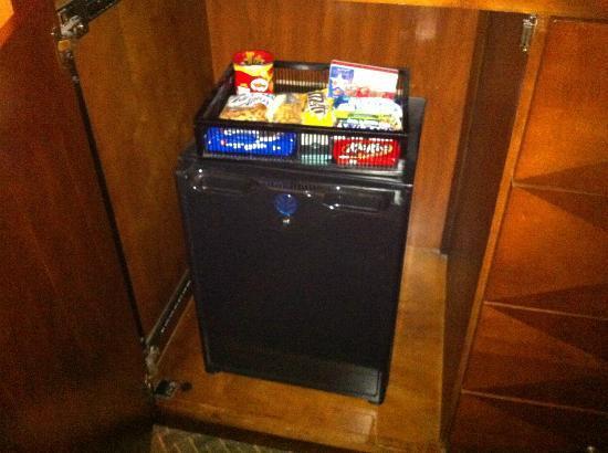Omni Houston Hotel Westside: Firg, bar, snacks 