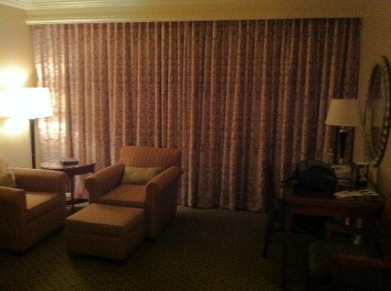 Omni Houston Hotel Westside: Drapes are closed