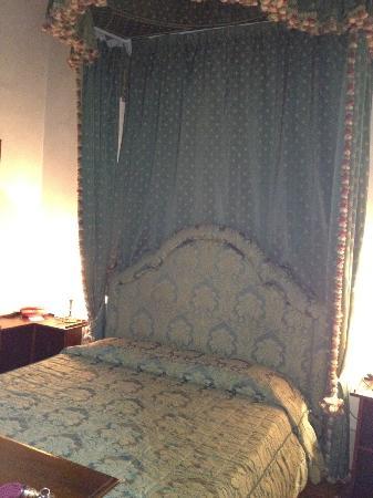 Hotel Loggiato dei Serviti: Double room, canopy bed