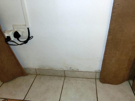HoneyPot B&B: Zimmerwand gegenüber vom Bett (also direkter Blick)