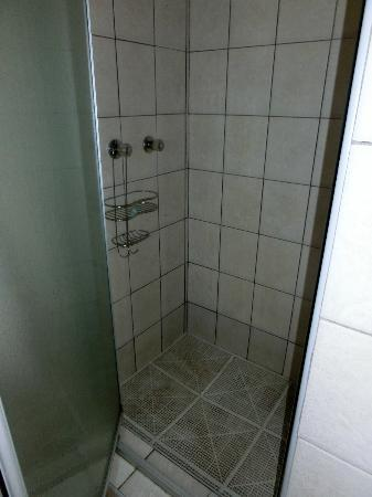 HoneyPot B&B: Dusche...nur mit Badelatschen betretbar