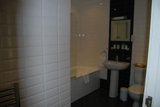 Cairn Hotel Edinburgh: nice new bathroom