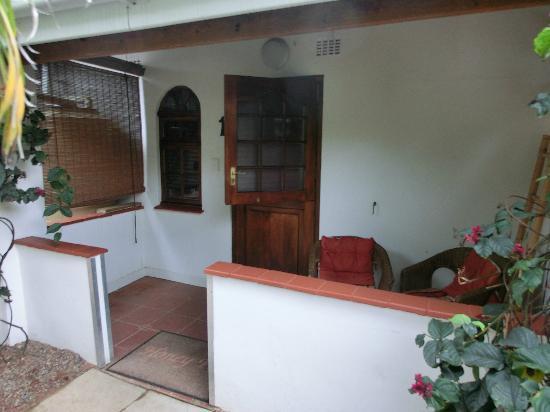 HoneyPot B&B: Zimmereingang/kleine Terasse - Tür und Fenster schlossen nicht richtig