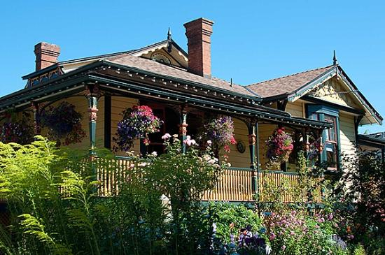 Albion Manor Bed and Breakfast: The Albion Manor in high summer