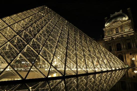 Better Travel Photos: the Pyramid at the Louvre