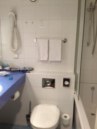 L'Ermitage Hotel: small bathroom
