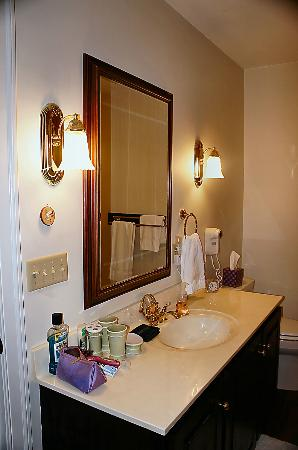 Foxfield Inn: Audubon room bathroom