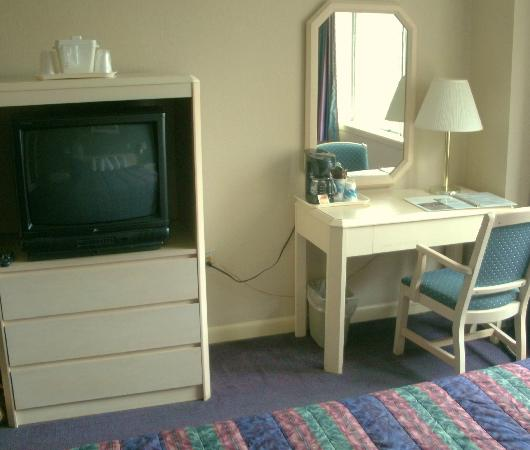 Quality Hotel Downtown: Desk and TV in Room 1022