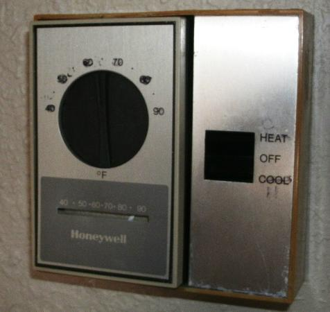 Barclay Hotel Atlanta Downtown: Thermostat -- note writing and thermometer obviously out of whack