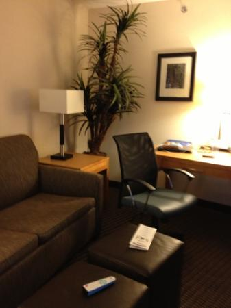 BEST WESTERN PLUS Marina Gateway Hotel: couch and desk
