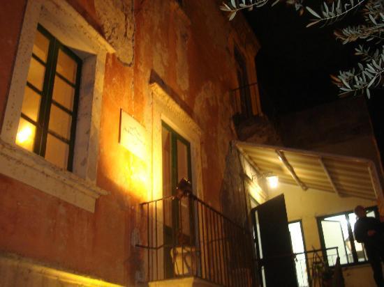 Villa Antica Dimora da Franco Smile: ingresso laterale parcheggio ,supermercato Qui conviene,,,,