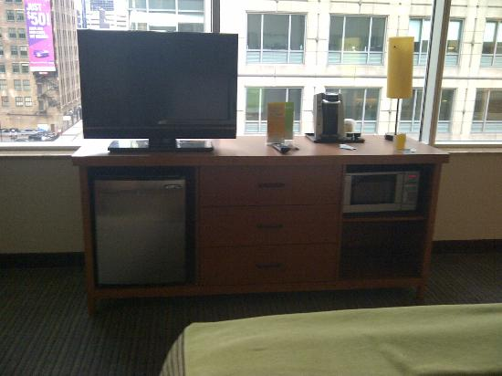 La Quinta Inn & Suites Chicago Downtown: television, refrigerator, and microwave