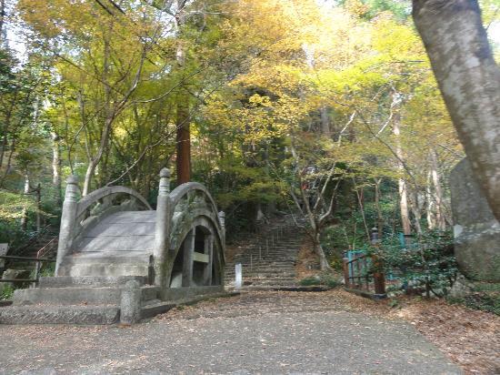 Oyada Shrine: 入口付近の橋