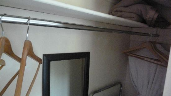 Wellington City Bed and Breakfast: Plenty hanging space in wardrobe
