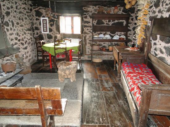 Casa do Romualdo: La tradicional lareira donde tomas desayuno o cena con el fuego encendido.