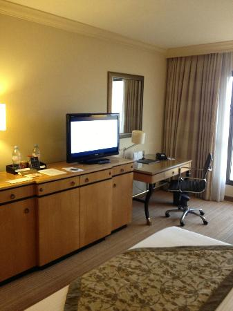 InterContinental David Tel Aviv: Bedroom - TV - Desk