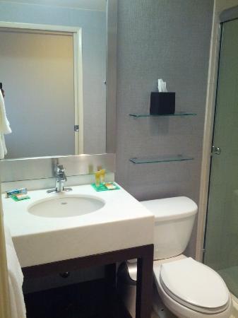 Hyatt Place San Jose/Downtown: Room 911 - bathroom