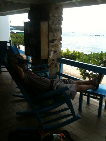 Fischer's Cove Beach Hotel: An outdoor living room overlooking the beach