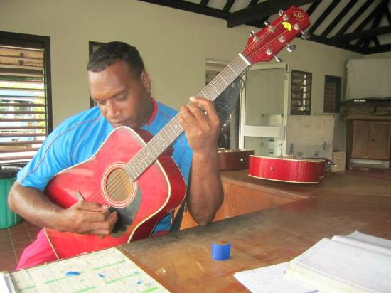 Mana Island Resort: Wise playing guitar in the Games Room