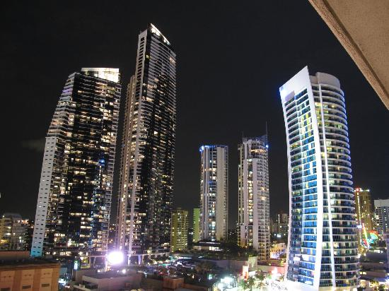 Hotel Grand Chancellor Surfers Paradise: View at at night