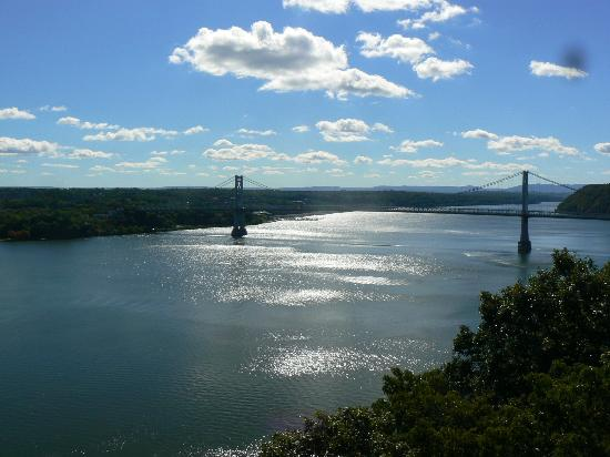 Inn at Twaalfskill: The walk across the Mid-Hudson Bridge is just minutes from the Inn