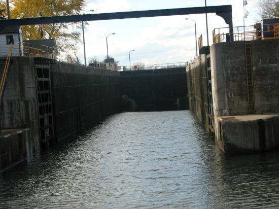 Erie Canal Cruises: Entering a lock