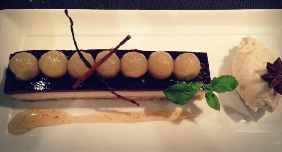 Le SEn'S : dessert:surprenante poire pochée au vin rouge
