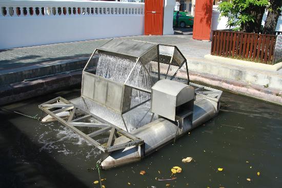 Wat Bowonniwet Vihara : King Bhumibol's patented channel aerator at work at Wat Boworniwet
