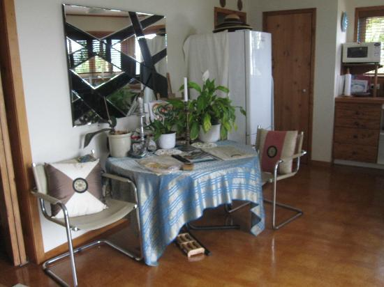 Bethells Beach Cottages: Wairua Apartment Dining Table/Kitchen Area