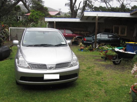 Bethells Beach Cottages: Wairua Apartment Parking spot is right in front of the door