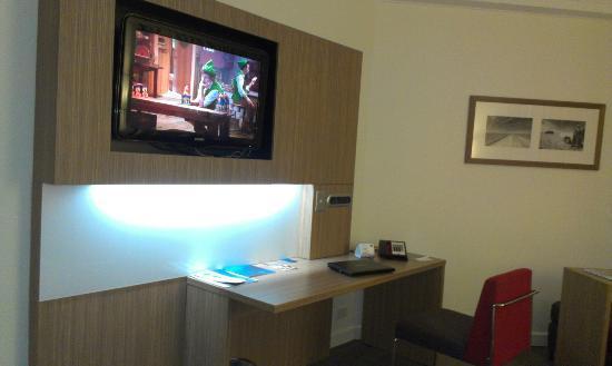 Novotel Brisbane: TV and Desk
