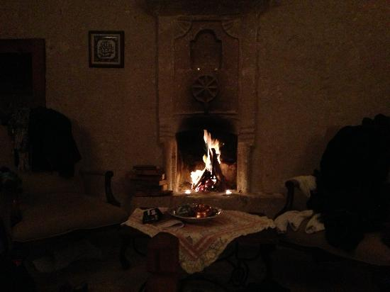 Kelebek Special Cave Hotel: Blazing fire in our room