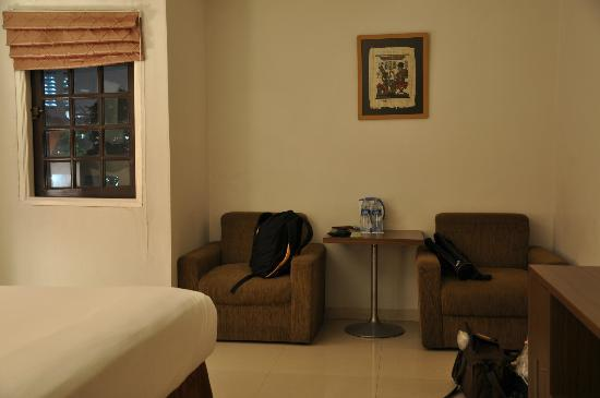 Take's Mansion: Deluxe Double room with small window 
