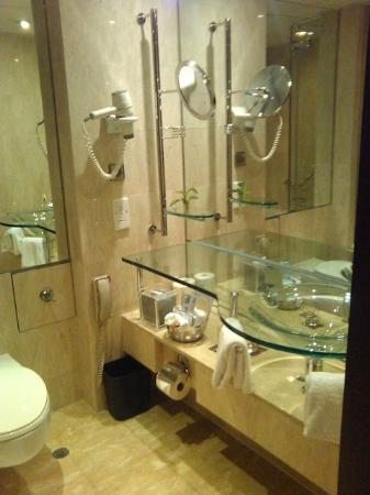 Sheraton Hong Kong Hotel & Towers: Bathroom