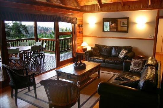 Phantom River View Cabins: Lulama - Living Room