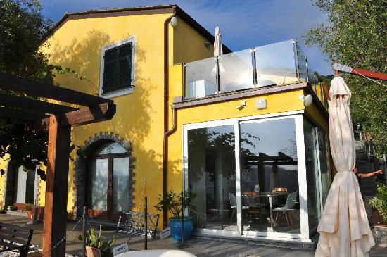 B&B Casa Kiwi Riviera di levante: Aussenansicht mit Blick auf den Frühstücksraum u.r.