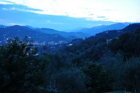 B&B Casa Kiwi Riviera di levante: Aussicht 2 von der Terrasse am Abend