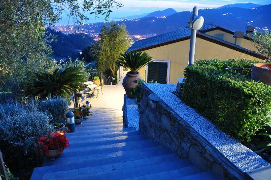 B&B Casa Kiwi Riviera di levante: Lage Casa Kiwi mit Ausblick bis zum Meer am Abend