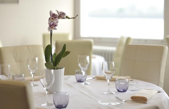 table devant baie vitr e photo de la maison blanche la bouille tripadvisor. Black Bedroom Furniture Sets. Home Design Ideas