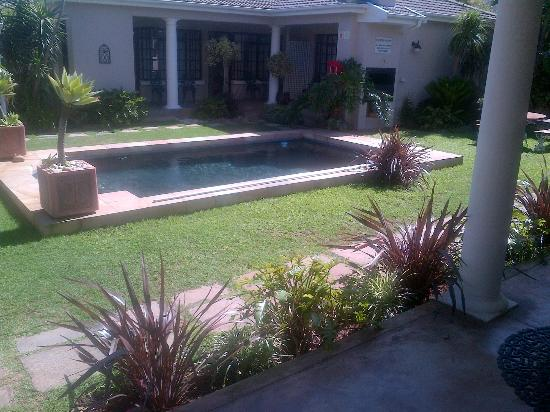 Beachwalk Bed and Breakfast: Beautiful Garden & Pool