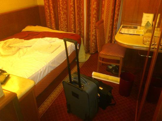 Mokinba Hotel Montebianco : camera piuttosto piccola per un 4 stelle, manca anche il tavolino per posizionare la valigia