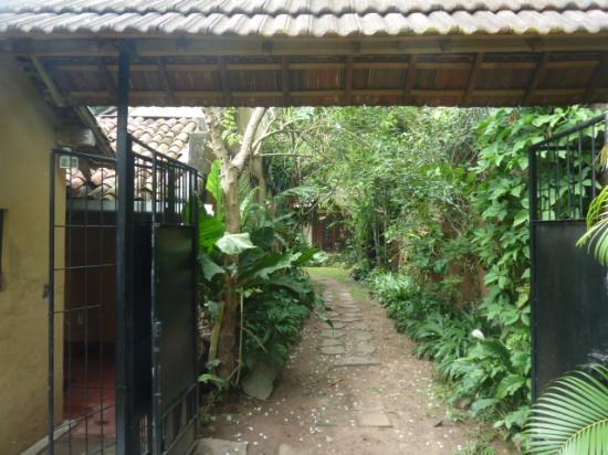 Highbury Colombo: Gate, path to the bungalow