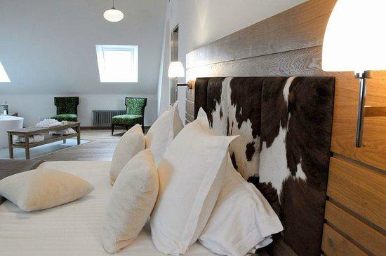 chambre chalet t te de lit en peau de vache picture of. Black Bedroom Furniture Sets. Home Design Ideas