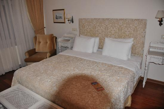 Hotel Sari Konak: Master bed in suite no 504.